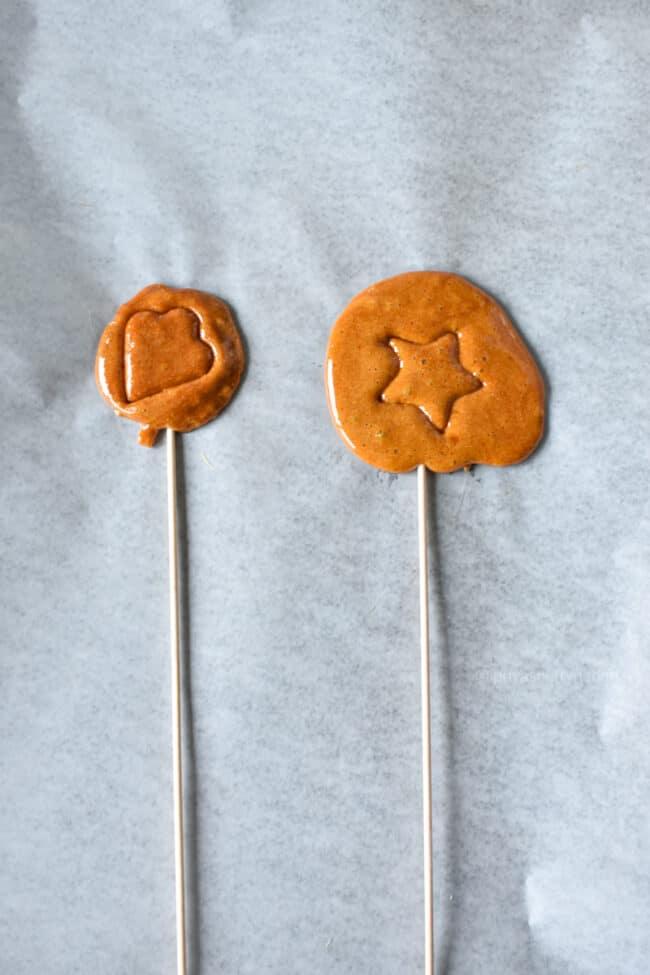 बनाने की विधि चरण ३ -कैंडीमिक्स को फैलाएं और इसे ठंडा करें।  का आनंद लें।  डालगोना कैंडी रेसिपी priyascurrynation.com